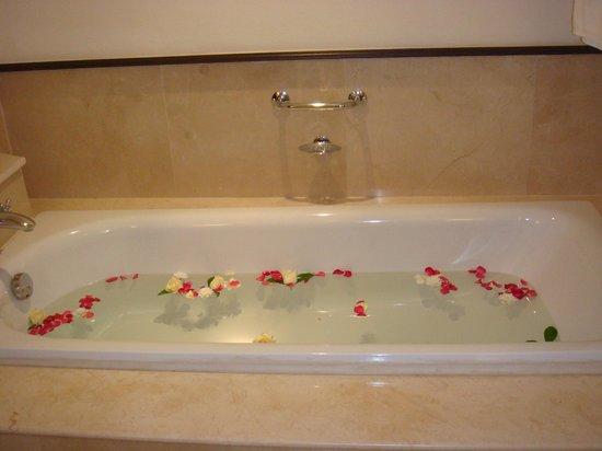Sofitel Krabi Phokeethra Golf & Spa Resort: Découverte de notre baignoire le jour d'arrivée +++