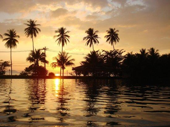 Sofitel Krabi Phokeethra Golf & Spa Resort : Couché de soleil au bord de l'immense piscine +++
