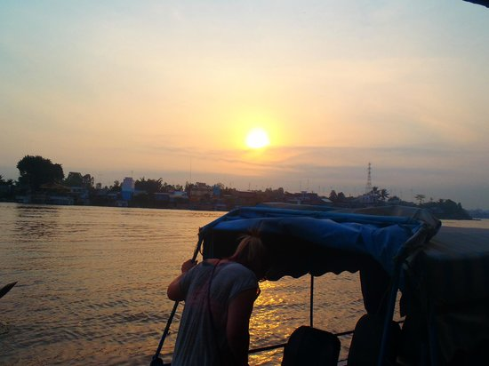 Ms San Tours: watching the sunrise while travelling on the Mekong into Cambodia