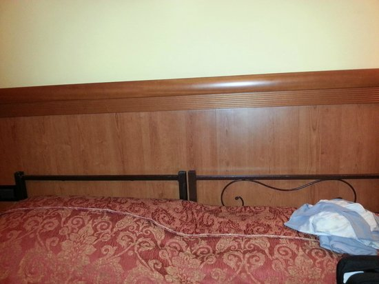 Hotel Lella: Spalliere singole, di cui una rotta (sx)