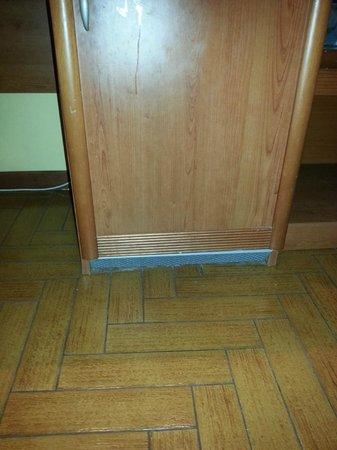 Hotel Lella: frigo (vuoto) e lercio