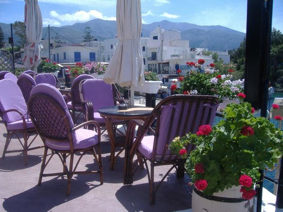 Sissi, Greece: You cannot help but be relaxed when you sit here with a glass of whatever you fancy ....