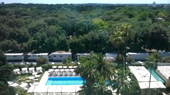 Parco dei Principi Grand Hotel & SPA : View overlooking pool w/ St. Peter's in the background