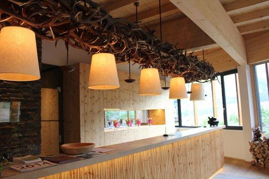 alpina zillertal - family . lifestyle . kinderhotel: Stilvoll und kreativ: Die Rezeption