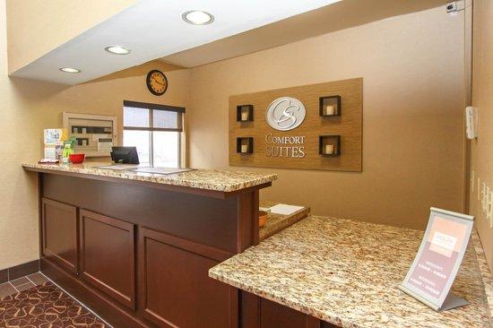 Comfort Suites University: Front Desk