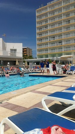Globales Condes de Alcudia: The pool area