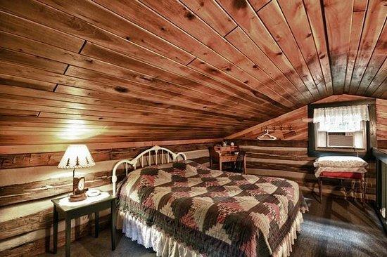 Hocking Hills Frontier Log Cabins: loft bedroom