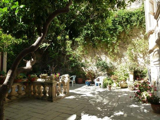 Casa Rocca Piccola: Gorgeous interior garden