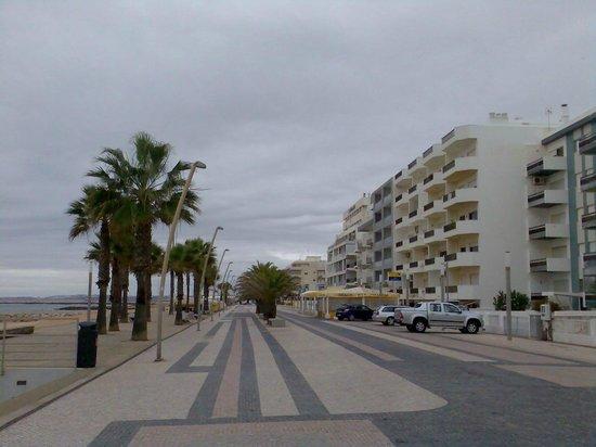 Dom José Beach Hotel: Magnifique vue sur l'allée piétonne avec ces restaurants , bar et boutiques pas cher du tout !