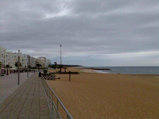 Dom José Beach Hotel: Vue sur cette magnifique plage de 4 kms de long à faire en promenade et baignade