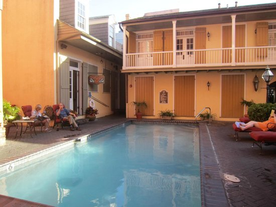 Dauphine Orleans Hotel: pool and bar