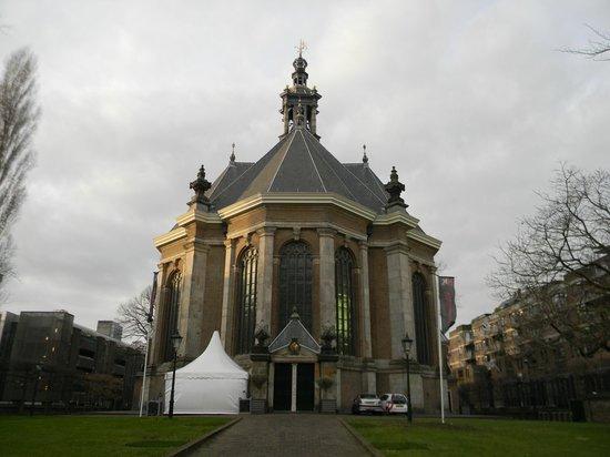 Mercure Hotel Den Haag Central: Церковь рядом с отелем
