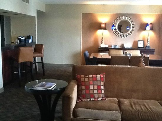 Hyatt Regency Louisville: Living area VIP Suite