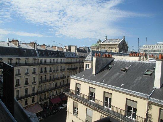 Hotel Excelsior Opera: 窓からオペラ座、エッフェル塔が小さく見える