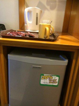 Harvard Suasana Hotel: Coffee and fridge