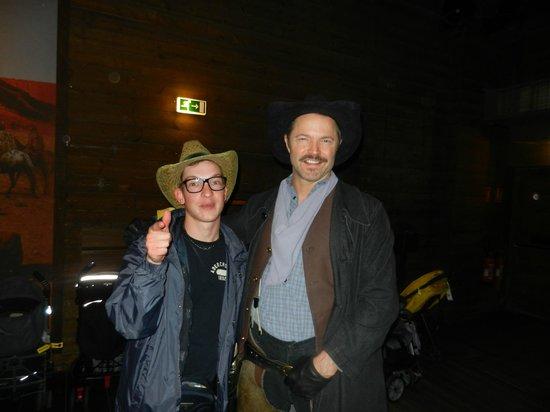 Buffalo Bill's Wild West Show with Mickey & Friends: Cowboy per foto durante l'attesa dello show