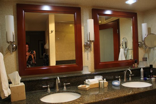 Monterey Bay Inn : Updated Bathrooms