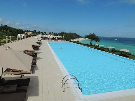 Hideaway of Nungwi Resort & Spa: PISCINE ET OCEAN EN CONTRE BAS