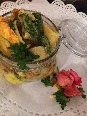 Ristorante Laguna: Calamarata con conocchie, zucchine, pomodoro e petali floreali