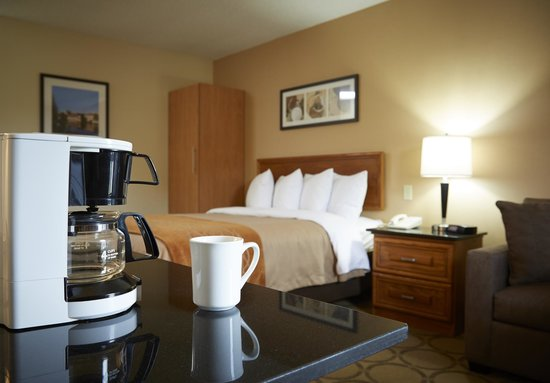 Comfort Inn Sydney : Complimentary coffee makers in all guest rooms.