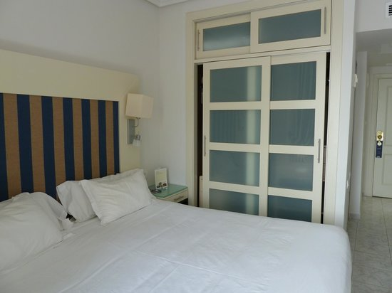 H10 Las Palmeras: bon lit et garde-robes bien spacieuse