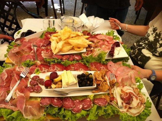 Trattoria La Miseria : Taglieri con affettati formaggi e ciccioli e marmellata di fico olive cipolle ecc ecc