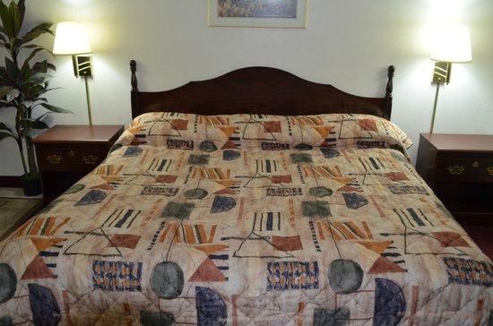 Economy Inn Seymour: King size bed