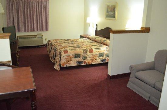Economy Inn Seymour: Mini suite,King size bed