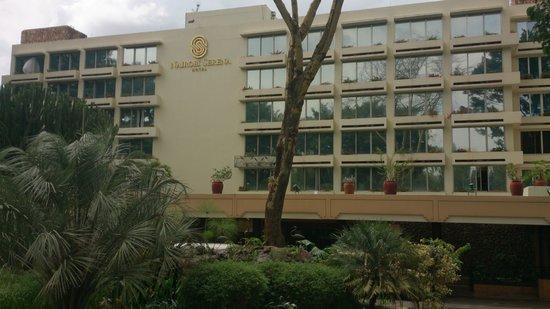 Nairobi Serena Hotel: entrance roundabout