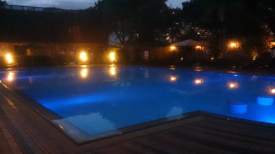 Nairobi Serena Hotel: Swimming pool at night