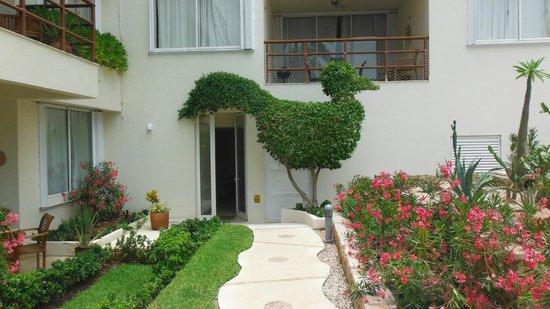 Ixchel Beach Hotel: interesting gardening at phase 1 walkway