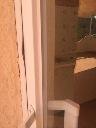 Globales Montemar Apartments: This is what was done to the door