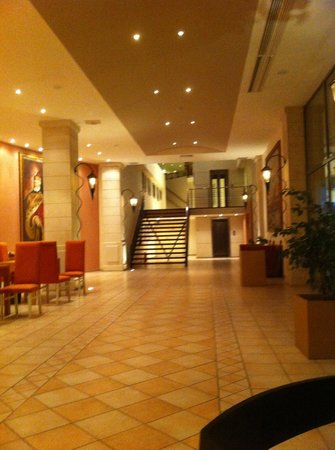 Arina Sand Resort : main hallway, steps up to reception.