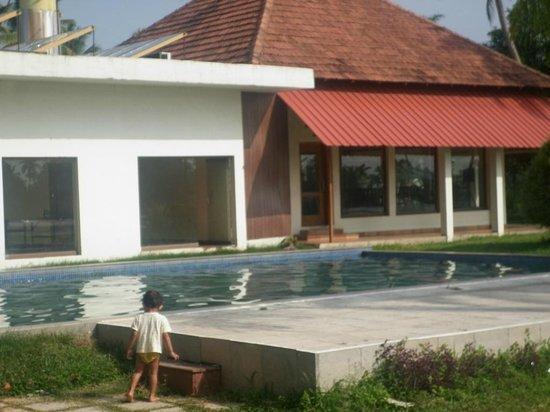 Manor Backwater Resort: Pool & dining area