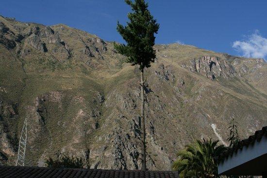 Ollantaytambo Lodge: surrounding mtns