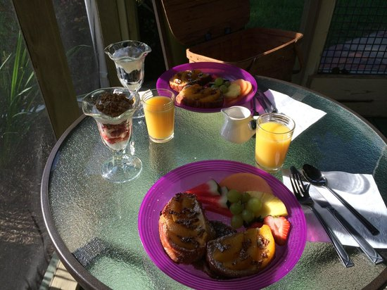 Piney Hill Bed & Breakfast: Breakfast on Porch