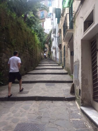 Hotel Admiral Sorrento: Uphill walk to town
