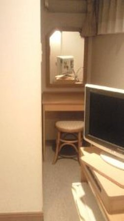 Kanayama Plaza Hotel : 化粧用の小机。少し狭い