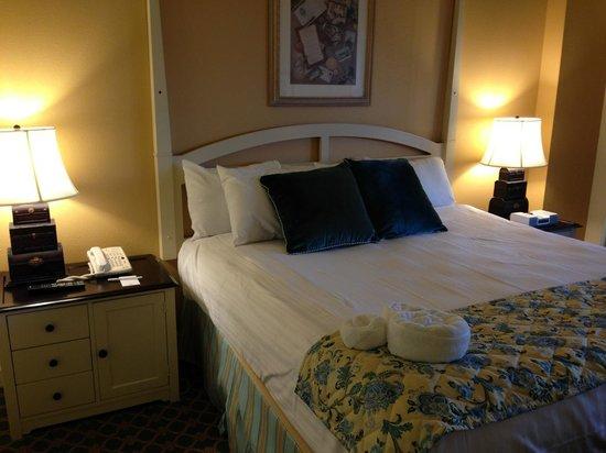 Disney's BoardWalk Villas : Bed and nightstands