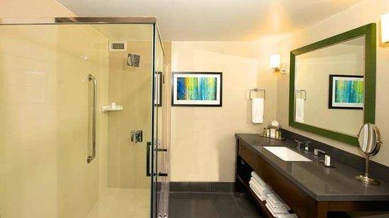 DoubleTree by Hilton Los Angeles Westside: Suite Bathroom
