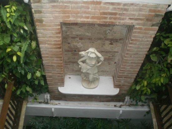 Hotel Santo Toribio: jardim interno