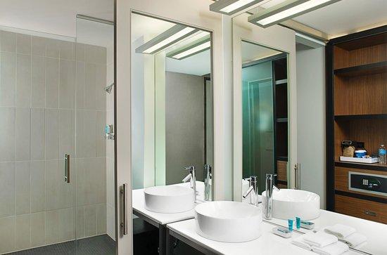 Aloft Beachwood: Aloft Bathroom