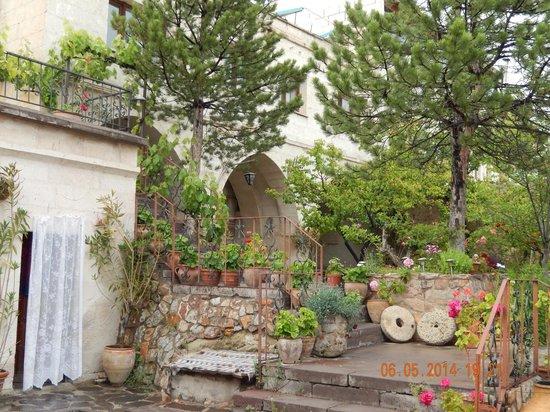 Cave Hotel Saksagan: Courtyard