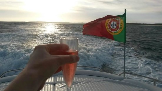 Champagne Cruises : Sunset, Sea and Drinks!