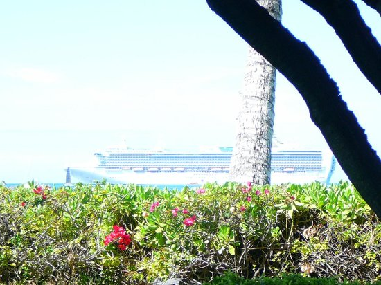 Lahaina Shores Beach Resort: Big cruise ship out front
