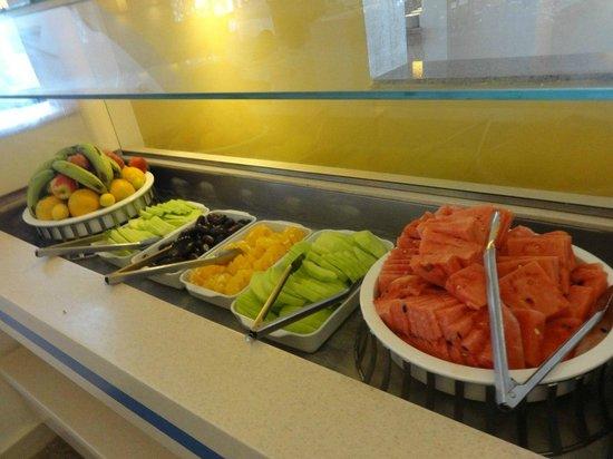 The Three Corners Royal Star Beach Resort: фрукты