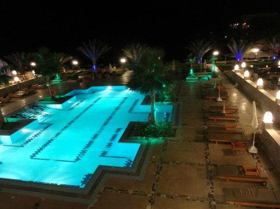 The Three Corners Royal Star Beach Resort: Бассейн вечером