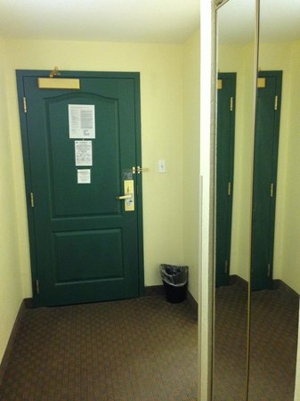 Country Inn & Suites By Radisson, Port Canaveral: Closet and entryway