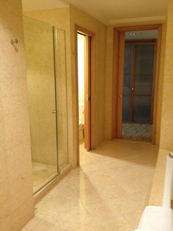 The Fullerton Hotel Singapore: Bathroom - Shower and tub separate