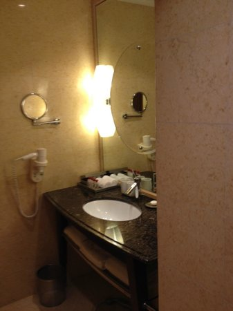 The Fullerton Hotel Singapore: Bathroom sink